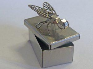 Gebogene Fliege auf Box