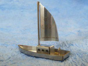 Schiff aus gebogenen Teilen